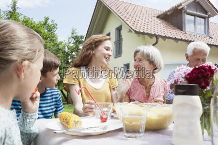 erweiterte familie essen im garten