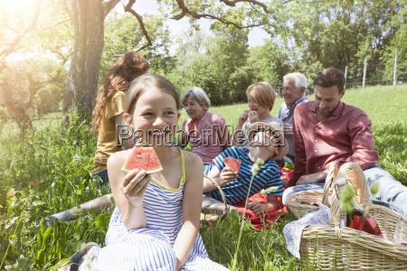 maedchen mit wassermelone in einer familie