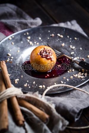 bratapfel mit nuss und roter marmelade