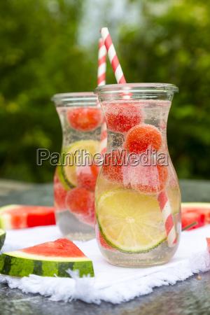 zwei karaffen infundiertem wasser mit wassermelone