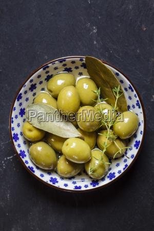 gruene oliven thymian und lorbeerblaetter in