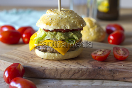 sesambroetchen mit burger avocado creme salat