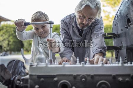 aelterer mann und junge auf mechanismus