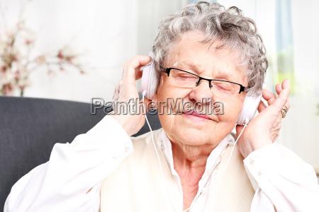 grossmutter hoert musik