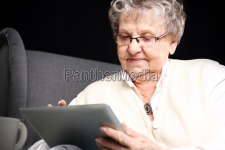 grossmutter und der computer aeltere frau