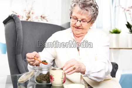die alte dame ein gebraeu aus