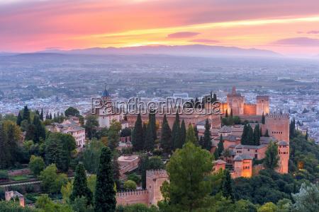 alhambra bei sonnenuntergang in granada andalusien