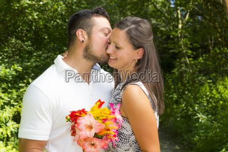 glueckliches junges paar verlobung bayern deutschland