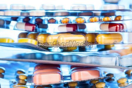 stapel von verschiedenen pillen