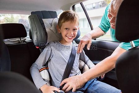grossvater anschnallen auf enkel im auto