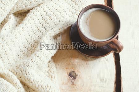 weicher weisser strickpullover und tasse heissen