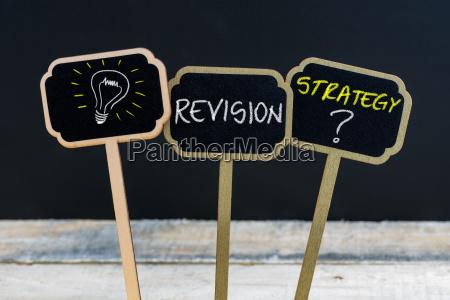konzept nachricht revision strategie und gluehbirne