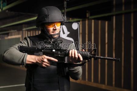 Cwiczenia wojskowe na strzelnicy