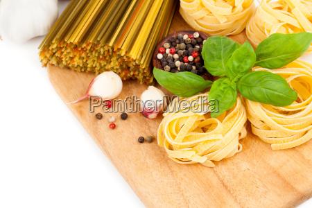 italienische pasta mit tomaten und frischem