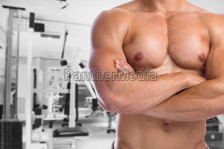 bodybuilder bodybuilding muskeln anspannen posen fitnessstudio