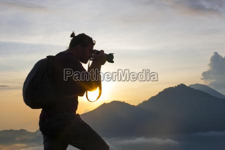 fotograf fotografiert auf dem berg