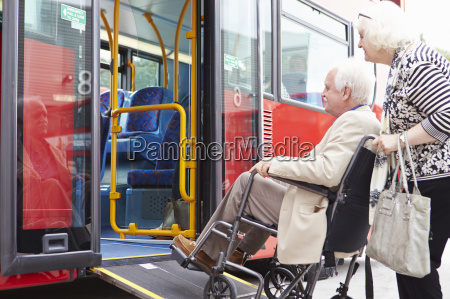 aeltere paare boarding bus rollstuhl zugang