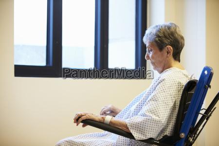 aelterer weiblicher patient allein im rollstuhl