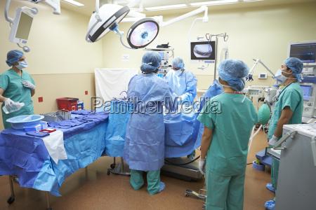 op team arbeiten im operationssaal