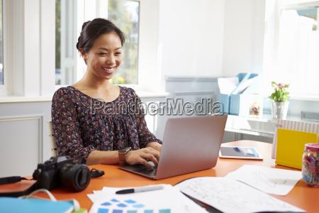 fotograf arbeit bei laptop in home