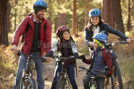 hispanische familie auf fahrraedern in einem