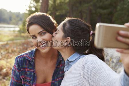 coppia lesbica in campagna bacio e