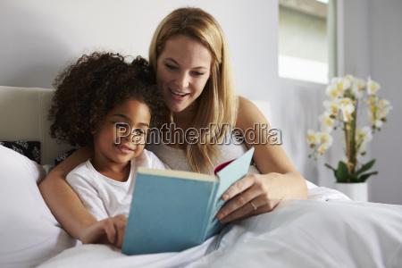 kaukasische mama und schwarze tochter lasen