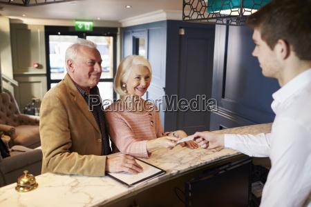 senior paar checking in bei hotel