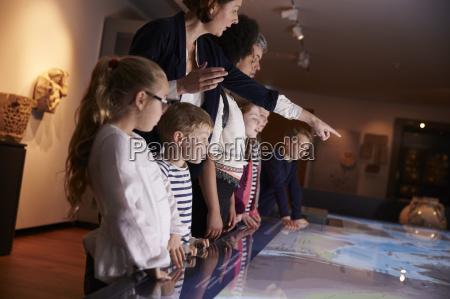 schueler auf schulausflug zu museum blick