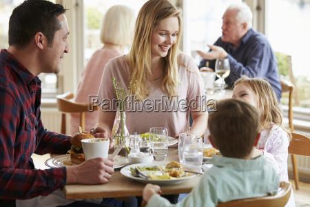 familie, die, mahlzeit, im, restaurant, zusammen, genießt - 19377392