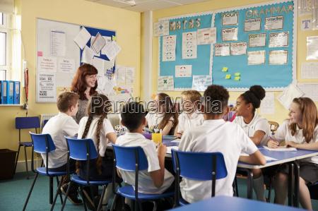 schullehrer und kinder arbeiten am klassenprojekt