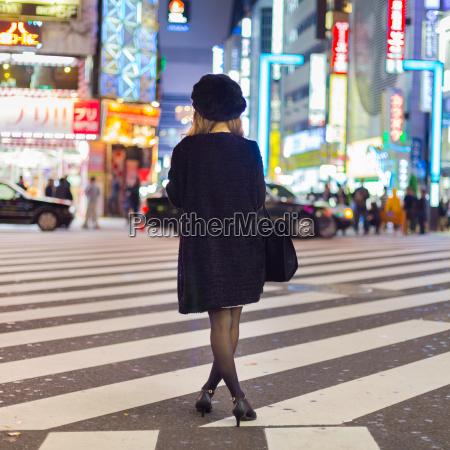 einsame frau in shinjuku tokio japan