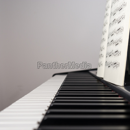 klavier mit musikblatt