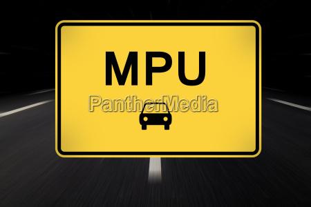 mpu geschrieben auf verkehrszeichen