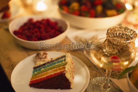 schichtkuchen und champagner auf dem tisch