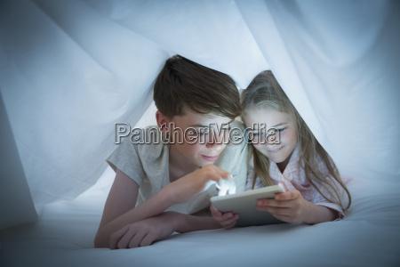 bruder und schwester teilen digitale tablette
