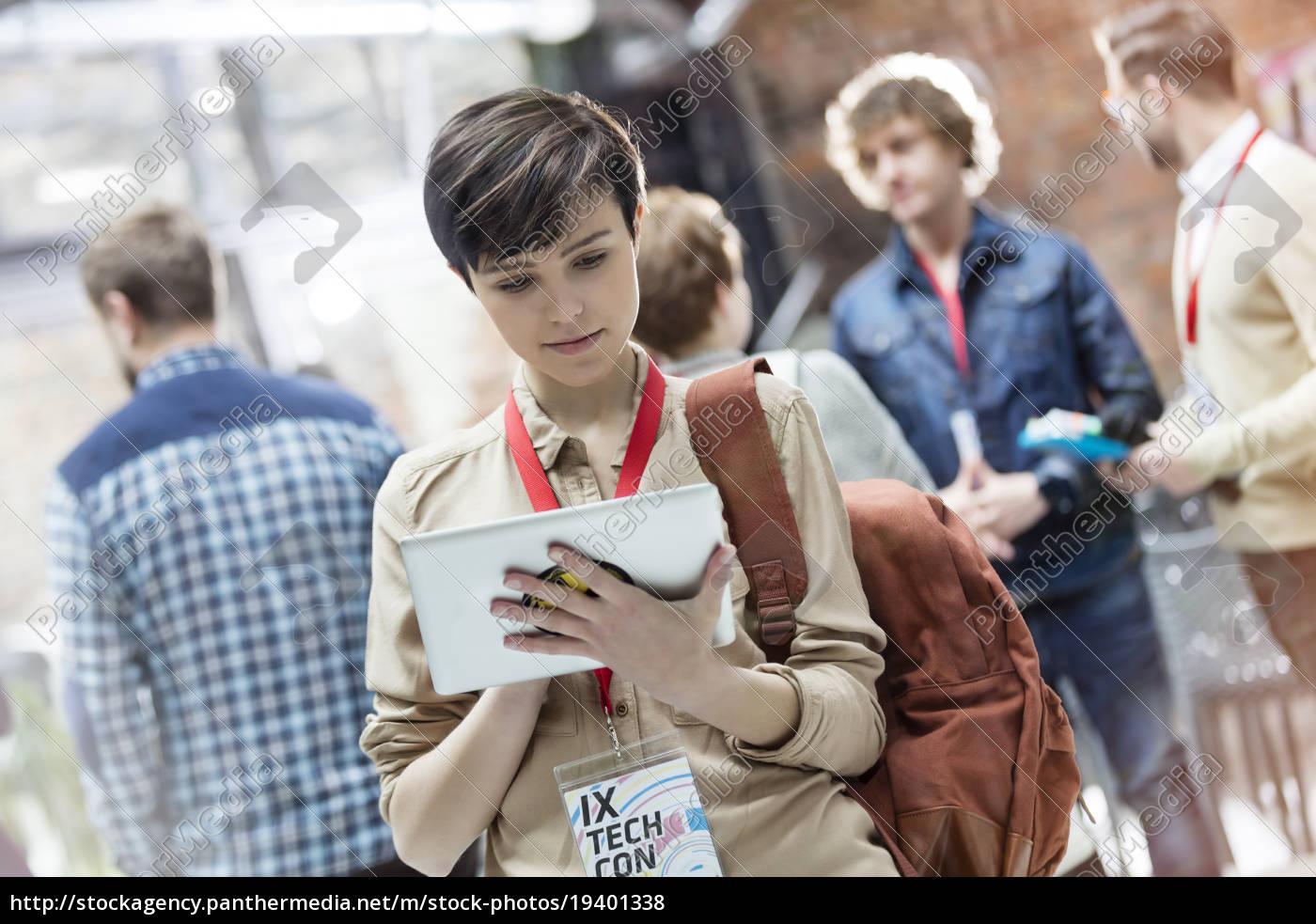 junge, frau, mit, digitalem, tablet, auf - 19401338