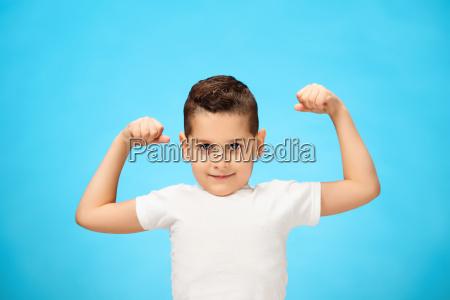 schoenheit laechelnd sport kind jungen zeigt