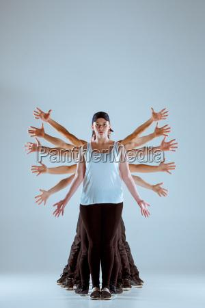 grupa mezczyzn i kobiet taniec choreografia
