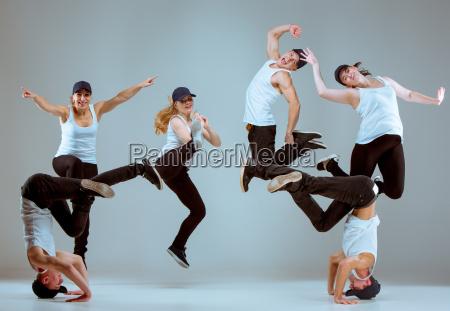 gruppe von maennern und frauen tanzen