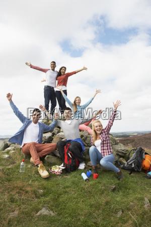 gruppe junger menschen in dem land