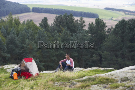 junger mann auf camping ausflug in