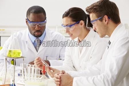 gruppe von wissenschaftlern performing experiment im
