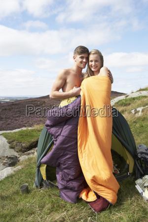 junges paar auf camping ausflug auf