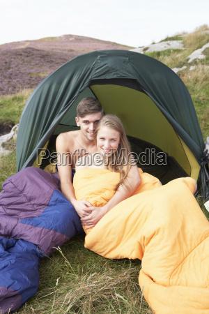 junge paare auf camping ausflug in