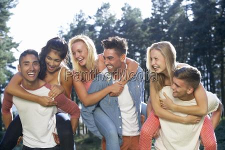 gruppe junger menschen die sich auf