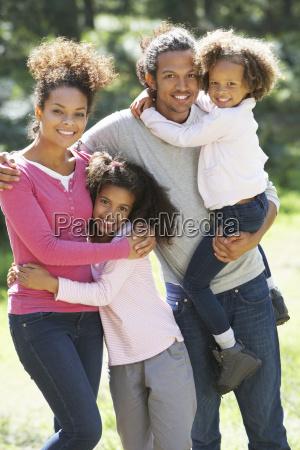 portraet der familiengruppe im land gemeinsam