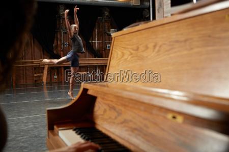 balletttaenzer in positionklavier im vordergrund