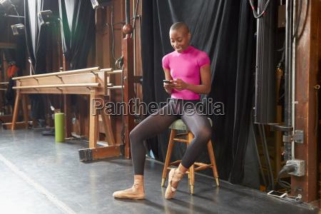 balletttaenzerder auf dem schemel simst sitzt