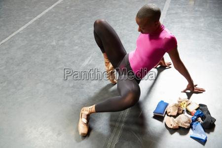 balletttaenzerder auf ballettschuhe sich setzt